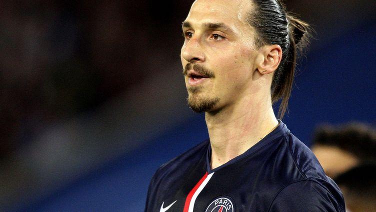L'attaquant du PSG, Zlatan Ibrahimovic, fait une pause pendant le match entre Paris et Guingamp, le 8 mai 2015. (J.E.E / SIPA)