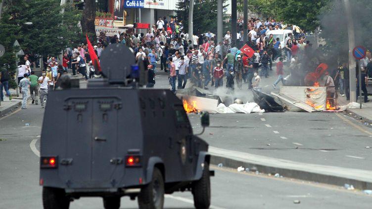 Affrontement entre manifestants et forces de l'ordre à Ankara (Turquie), le 16 juin 2013. (ADEM ALTAN / AFP)