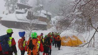 Des secouristes près de l'hôtel Rigopiano dans les Abruzzes (Italie), dévasté par une avalanche, le 21 janvier 2017. (CNSAS / AFP)