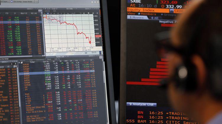 Un responsable des ventes observel'évolution de l'indice CAC 40, le 24 août 2015 à Paris. (REGIS DUVIGNAU / REUTERS)