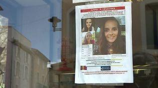 Les proches d'Aurélie Vaquier avaient placardé des avis de recherche sur les vitrines du centre-ville de Bédarieux (Hérault). (FRANCOIS JOBARD / FTV)