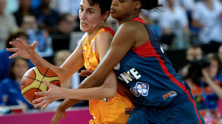 Valériane Ayayi (à droite) ne disputera pas l'Euro avec l'Equipe de France (DENIS CHARLET / AFP)