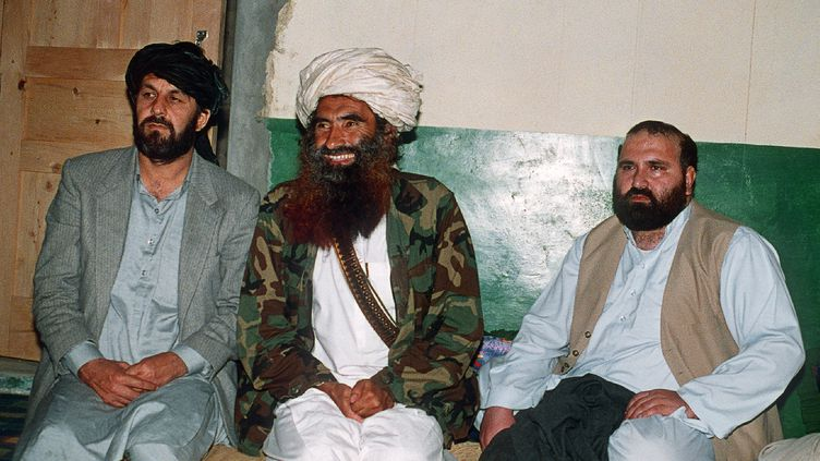 L'ancien leader taliban Jalaluddin Haqqani (au centre), le 2 avril 1991 à Miransah (Pakistan). (ZUBAIR MIR / AFP)