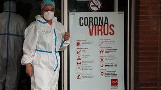 Une soignante devant l'hôpital Severo Ocho, à Madrid (Espagne), le 17 avril 2020.    (BURAK AKBULUT / ANADOLU AGENCY)