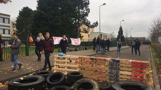 Une trentaine d'élèves ont installé un piquet de grève devant le lycée Delamare-Deboutteville de Forges-les-Eaux, en Seine-Maritime. (RADIO FRANCE / CHRISTINE WURTZ)