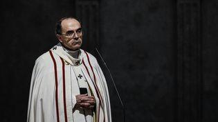 Le cardinal Barbarin célèbre une messe, le 3 avril 2016 à la cathédrale Saint-Jean de Lyon. (JEFF PACHOUD / AFP)