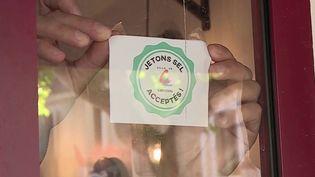 L'initiative de ce 12/13 nous emmène dans un village de l'Hérault qui, pour aider ses commerçants, a mis en place une monnaie solidaire. Chacun y trouve son compte. (FRANCE 2)