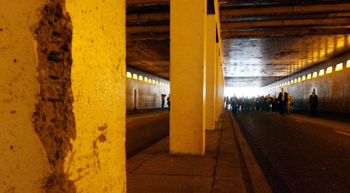 Des enquêteurs britanniques dans le tunnel de l'Alma, à Paris, le 8 octobre 2007. (THOMAS COEX / AFP)