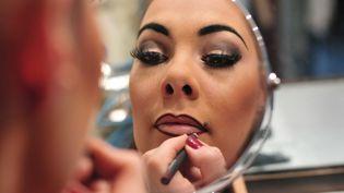 """Séance maquillage au Lido avant un spectacle en hommage à la première des """"Bluebell girls"""", MargaretKelly, le 13 juin 2010 à Paris. (ALFRED / SIPA)"""