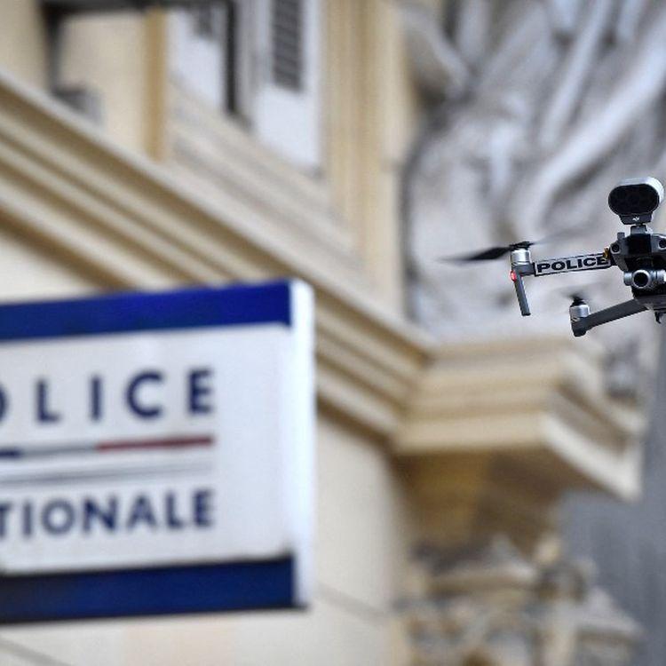 Un drone utilisé par la police à Marseille (Bouches-du-Rhône) pour surveiller le respect du confinement, le 24 mars 2020. (GERARD JULIEN / AFP)