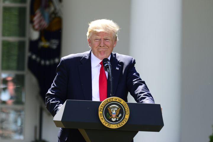 Le président américain Donald Trump, le 1er juin 2017, dans les jardins de la Maison Blanche, à Washington (Etats-Uni), lors de l'annonce du retrait américain de l'accord de Paris sur le climat. (RON SACHS / CNP / AFP)