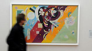 """Un visiteur passe devant le tableau """"Composition IX"""" que Kandinsky a peint en 1936, à la veille de l'ouverture de l'exposition sur les années parisiennes de Kandinsky, au musée de Grenoble (28 octobre 2016)  (Jean-Pierre Clatot / AFP)"""
