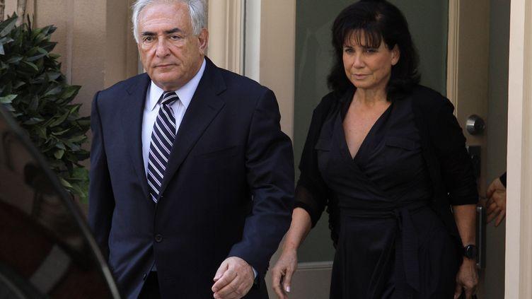 Dominique Strauss-Kahn et Anne Sinclair sortent de leur appartement new-yorkais, le 23 août 2011. (EDUARDO MUNOZ / REUTERS)