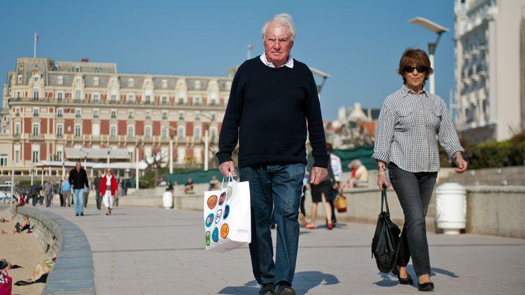 Un couple à Biarritz (Pyrénées-Atlantiques), le 27 mars 2012. (NICOLAS MOLLO / AFP)