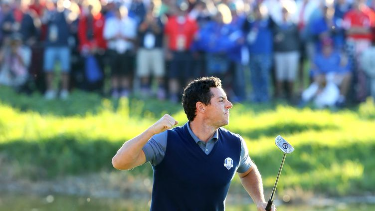 Rory McIlroy, le golfeur, exulte après avoir donné un point à l'Europe lors de la Ryder Cup 2016 (ANDREW REDINGTON / GETTY IMAGES NORTH AMERICA)
