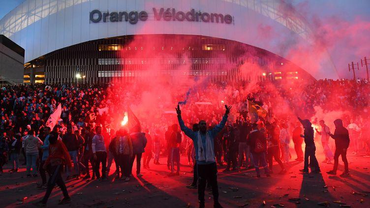 Des supporters de l'Olympique de Marseille avec des fumigènes devant le Stade Vélodrome avant un match de Ligue 1 contre Lyon le 18 mars 2018 (ANNE-CHRISTINE POUJOULAT / AFP)