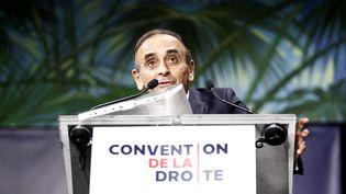 """Eric Zemmour prononce un discours, le 28 septembre 2019 à la """"Convention de la droite"""", à Paris. (SAMEER AL-DOUMY / AFP)"""