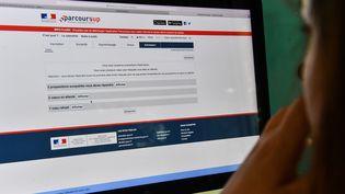 """Une lycéenne regarde les résultats pour ses vœux sur la plateforme """"Parcoursup"""", le 22 mai 2018 à Lille (Nord). (DENIS CHARLET / AFP)"""