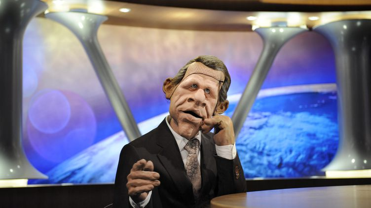 """La marionnette de Patrick Poivre d'Arvor sur le plateau de l'émission """"Les Guignols de l'info"""", sur Canal+, en 2009. (STEPHANE DE SAKUTIN / AFP)"""