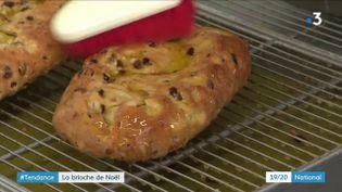 Du sucre, du beurre, des raisins secs, de la poudre d'amande et un mélange d'épices tenu secret. C'est la recette très gourmande du Stollen, labriochede Noël allemande. (France 3)