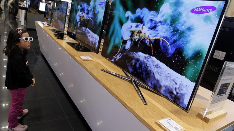 Une petite fille regarde un écran 3D dans un magasin Samsung, le 28 octobre 2011, à Séoul (Corée du Sud). (JO YONG HAK / REUTERS)