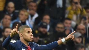 L'attaquant du PSG Kylian Mbappé fête son but marqué sur la pelouse du Stade-Vélodrome de Marseille (Bouches-du-Rhône) le 28 octobre 2018. (BORIS HORVAT / AFP)