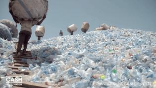 En Tanzanie, une montagne de bouteilles en plastiques usagées s'accumulent en attendant un éventuel transfert de ces déchets vers la Chine. (CASH INVESTIGATION / FRANCE 2)