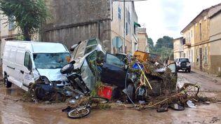 Des véhicules emportés par des inondations dans le village de Sant LlorençdesCardassar, sur l'île de Majorque (Espagne). (ARGENTINA SANCHEZ / EFE / AFP)