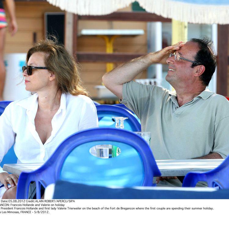 Valérie Trierweiler et François Hollande boivent un verre à la terrasse d'un café, le 5 août 2012 à Bormes-les-Mimosas (Var). (ALAIN ROBERT / SIPA)