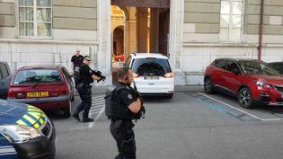 La voituretransportant Nordahl Lelandais arrive au palais de justice de Chambéry sous escorte, le 16 juillet 2019. (STEPHAN DUDZINSKI / MAXPPP)