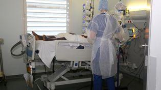 Un patient atteint du Covid-19 est pris en chargeàl'hôpital de Mamoudzou, à Mayotte, le 11 juin 2020. (ALI AL-DAHER / AFP)