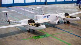 11 décembre 2020. Baden-Wuerttemberg, Stuttgart :Cet avion à hydrogène de la compagnieH2Fly, dans un hangar de l'aéroport de Stuttgart, a été le premier avion pouvant transporter 4 passagers et propulsé à l'hydrogène et à l'électricité. Les premiers avions à hydrogène sont en cours de conception et les premiers avions électriques sont prévus pour 2035.(Illustration) (DPA / PICTURE ALLIANCE VIA GETTY IMAGES)