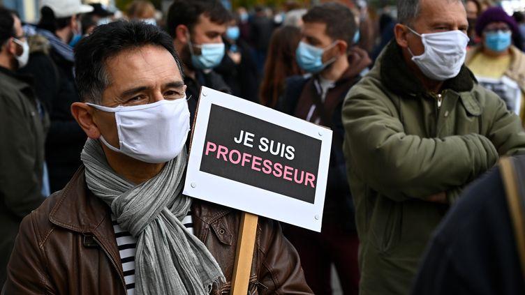 Une homme lors d'un rassemblement en hommage au professeur assasiné, le 17 octobre 2020 àConflans-Sainte-Honorine (Yvelines). (DAMIEN MEYER / AFP)