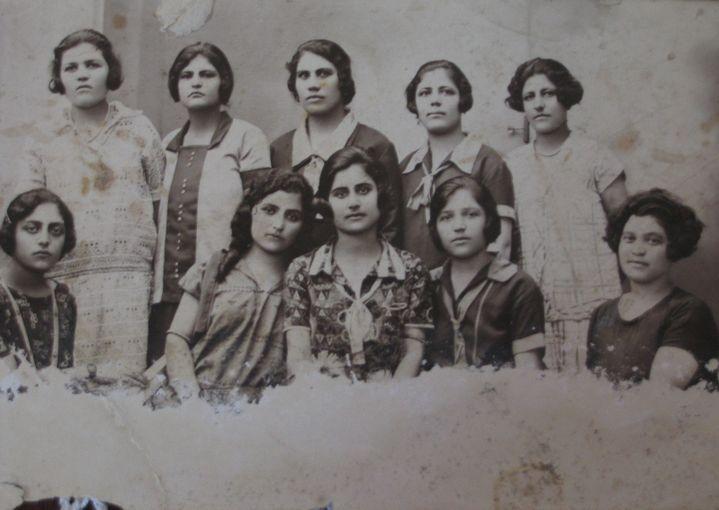 La jeune rescapée Nazéli, en haut au centre, photographiée en France en1926. ( DR )