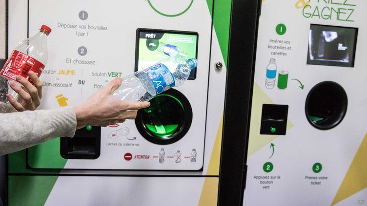 Exemple d'économie circulaire : 110 000 points de retour pour trierles emballages de boisson sont prévusdont 26 000 machines automatiques. (CHRISTOPHE MORIN / MAXPPP)