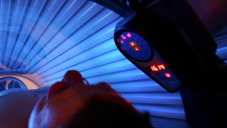 (L'Académie de médecine demande l'interdiction des cabines de bronzage © MaxPPP)