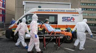 Un malade du Covid-19 transporté un hôpital de Rome (Italie), le 12 novembre 2020. (ANDREAS SOLARO / AFP)