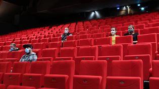 Des spectateurs avec leur masque de protection assistent à un film dans la salle du Relais Culturel de Thann dans le Haut-Rhin (photo d'illustration). (VINCENT VOEGTLIN / MAXPPP)