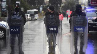 Des policiers devant le Reina, le 1er janvier 2017. Cette célèbre discothèque d'Istanbul (Turquie) a été attaquée durant la nuit du Nouvel An. (YASIN AKGUL / AFP)