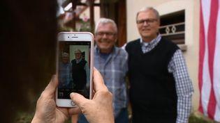 Toute sa vie, André Gantois a cherché son père, un soldat américain rentré au pays après la guerre. Grâce à un test ADN, il a appris l'existence d'un frère aux États-Unis. France 2 a assisté à leur première rencontre. (FRANCE 2)