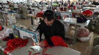Une ouvrière dans une usine de lingerie àGuanyun, en Chine, le 25 mars 2021 (HECTOR RETAMAL / AFP)