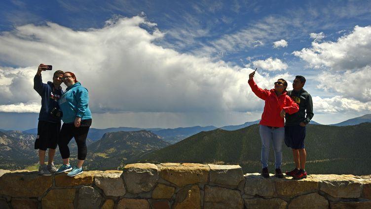 Des couples se prennent en photo dans le parc national des Montagnes Rocheuses, dans l'Etat du Colorado (Etats-Unis) le 5 août 2018. (HELEN H. RICHARDSON / DENVER POST)