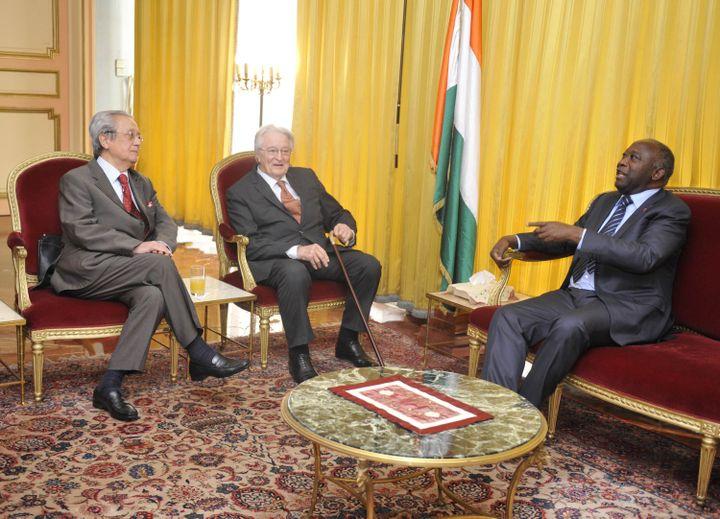 Jacques Vergès, Roland Dumas et Laurent Gbagbo dans le palais présidentiel d'Abidjan (Côte d'Ivoire), le 30 décembre 2010. (SIA KAMBOU / AFP)