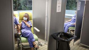 Une soignante reçoit une dose de vaccin contre le Covid-19 à l'hôpital de Melun (Seine-et-Marne), le 8 février 2021. (MAXPP)