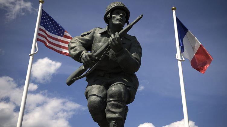 Une statue en l'honneur des soldats américains de la 82e division Airbone à Sainte-Marie-du-Mont près de Utah Beach (Calvados). (JOEL SAGET / AFP)