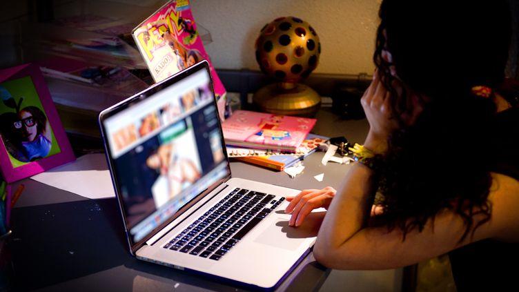Une adolescente consulte un site pornographique. (ROBIN UTRECHT / NURPHOTO / AFP)