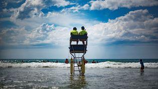 Deux sauveteurs sur la plage du Grand-Crohot, près de Lège-Cap-Ferret, le 23 juin 2017. (OLIVIER MORIN / AFP)