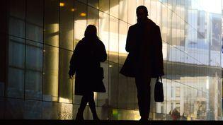 Un couple sur un trottoir. Photo d'illustration (JEAN-LUC FL?MAL / MAXPPP)