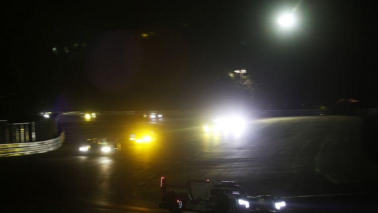 01h17 : L'Audi N.9 pousse fort derrière la Porsche N.19 (FREDERIC LE FLOC H / DPPI MEDIA)