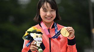 La Japonaise Momiji Nishiya pose avec sa médaille d'or du skateboard street, lundi 26 juillet. (JEFF PACHOUD / AFP)